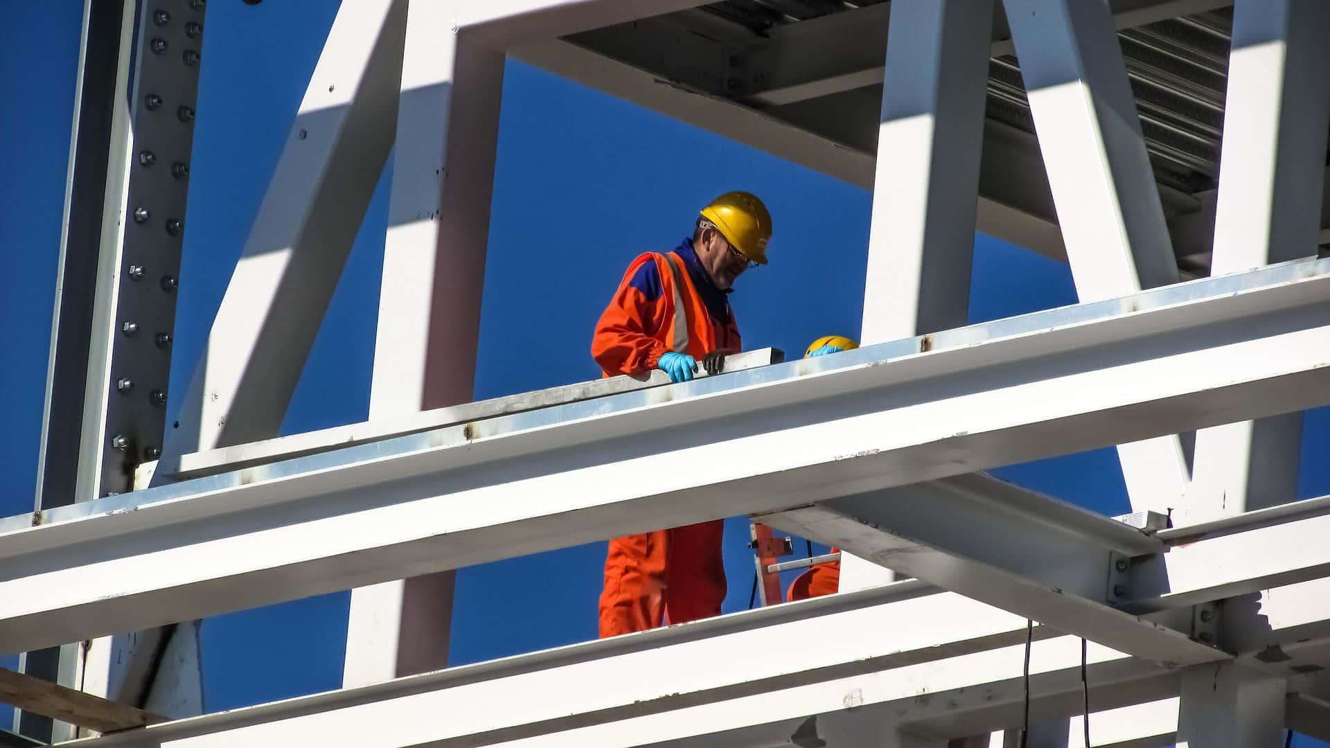 Un ouvrier travaillant en hauteur sur un chantier