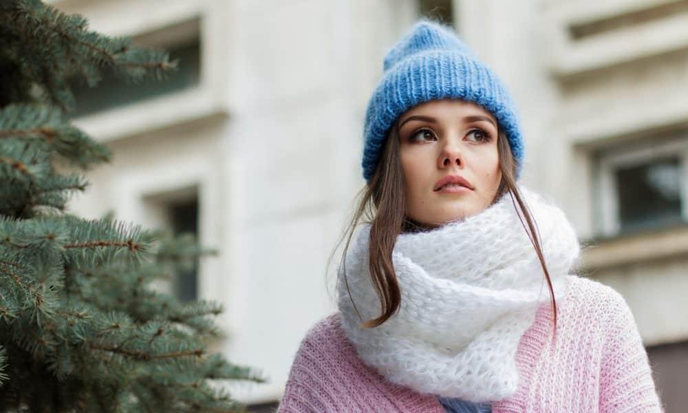 Une femme habillée pour résister au froid