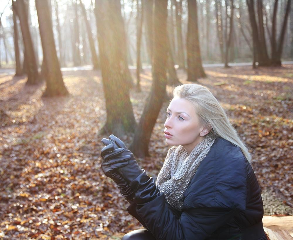Une dame portant des gants d'hiver